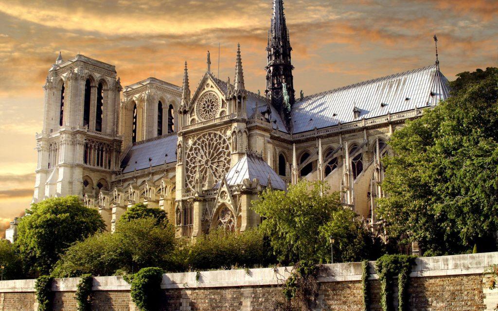 Нотр-Дам-де-Пари – готический символ Франции, не знающий себе равных. Может, поэтому он является постоянным центром притяжения огромного числа людей, гораздо больше, чем любой другой объект Парижа.